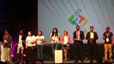 Des jeunes de multiples pays francophones tendent un fil rouge symbolique