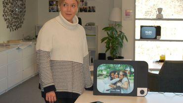 Karen Dova, la PDG de l'entreprise norvégienne No Isolation, devant un écran Komp destiné principalement aux personnes âgées, le 7 avril 2020 à Oslo