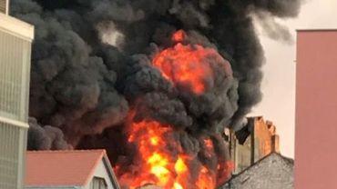 L'incendie s'est produit peu avant 19h00 dans un dépôt de la rue Stepman à Koekelberg, qui sert d'entrepôt à une menuiserie et à une entreprise de rénovation du bâtiment.
