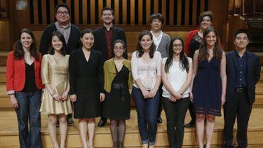 Les 12 finalistes prennent la pose sur la scène du Studio 4 à Flagey, après la proclamation.