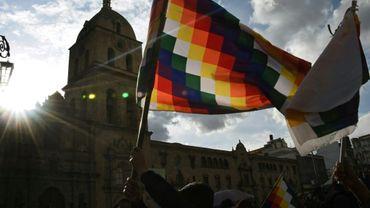 Un manifestant pro-Morales agite un drapeau Wiphala dans le centre de La Paz, le 15 novembre 2019