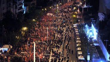 Des manifestants participent le 17 novembre 2013 en face de l'ambassade américaine à Athènes, à une marche commémorative du soulèvement en 1973 contre les colonels
