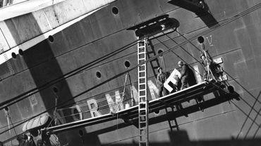 Retirage d'une photo d'agence de presse montrant le navire Le Normandie couché au matin du 10 février 1942 après un incendie. Estimation entre 150 et 250 euros. En vente chez Drouot Paris, salle 14