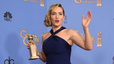"""Kate Winslet pose avec le Golden Globe du meilleur second rôle pour sa prestation dans """"Steve Jobs"""", le 10 janvier 2016"""