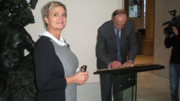 Après la princesse Gloria, c'est au tour du prince Lorenz de Belgique de signer le Livre d'Or des Musées Royaux des Beaux-Arts de Belgique où est exposée une statue provenant du mausolée des Tour et Taxis au Sablon