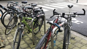Être bien éclairé quand on roule à vélo, c'est important pour notre sécurité, mais c'est aussi obligatoire