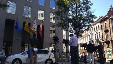 Plusieurs journalistes devant le cabinet de Joëlle Milquet, vice-Présidente de la Fédération Wallonie-Bruxelles et ministre de l'Éducation, situé place Surlet de Chokier à Bruxelles.
