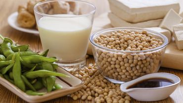 Sauce de soja, tofu ou miso sont autant d'aliments riches en isoflavones, une substance qui aide à limiter la réduction osseuse et les fractures.
