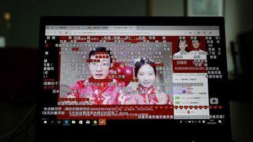 Pour cause de virus, des Chinois sont contraints de se marier sur internet, sans lésiner sur les effets spéciaux.
