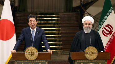 Le président iranien Hassan Rohani et le Premier ministre japonais Shinzo Abe lors d'une conférence de presse commune à Téhéran le 12 juin 2019