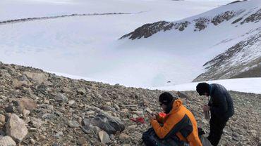 Les chercheurs Matthias Van Ginneken de l'ULB et Steven Goderis de la VUB ont collecté environ 30.000 à 50.000 micrométéorites au cours de leur dernière expédition en Antarctique.