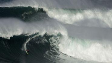 Nazaré, au Portugal : le paradis des surfeurs qui aiment les grosses vagues. Celles attendues cette semaines devraient dépasser les 20 mètres...