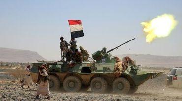 Des soldats des Comités de résistance populaire, fidèles au président du Yémen Abedrabbo Mansour Hadi, tirent à l'artillerie lourde depuis leur position au sud-ouest de la ville de Marib à l'est de la capitale Sanaa le 10 octobre 2015