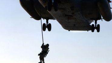 Un SEAL  descend d'un  hélicoptère