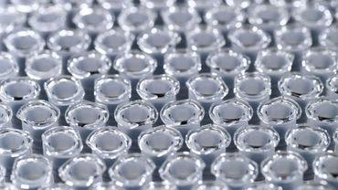 Des seringues remplies d'un vaccin non identifié dans une usine du groupe pharmaceutique Sanofi au Val-de-Reuil en France, le 10 juillet 2020