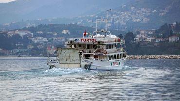 Avril 2006. Ce bateau turc transporte des migrants pakistanais. Ils quittent l'île de Lesbos pour le port de Dikili en Turquie.