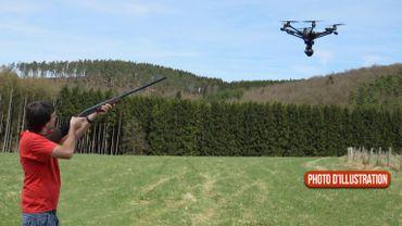 """Bernard : """" Tirer sur un drone c'est comme tirer sur une voiture qui prend une photo """""""