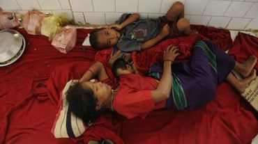 Des enfants indiens souffrant de la malaria dans un dispensaire de Gandacharra, à 170 km au nord d'Agartala, capitale de l'Etat de Tripura le 13 juin 2014.