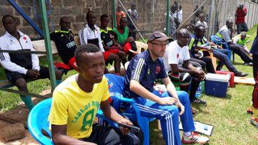 Au centre, Luc Lagouche, directeur sportif des Black Stars, attentif pendant le match face à Mombasa.