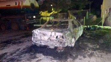 La carcasse d'une voiture brûlée après une attaque suicide le 14 novembre 2014 à Kano au Nigeria