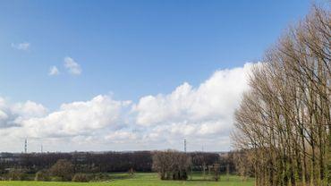Quelques nuages bas pourraient localement s'attarder sur le sud-est ou du Hainaut occidental à la mer.Nous aurons de 3 à 7°C.