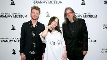 Billie Eilish et FINNEAS avec le directeur artistique du Grammy Museum Scott Goldman