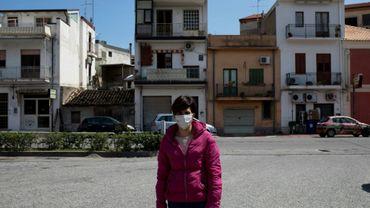 """Bruna Filippone, une habitante de Locri membre de l'Association """"Défendons l'hôpital"""" est devant le bâtiment, le 7 avril 2020"""