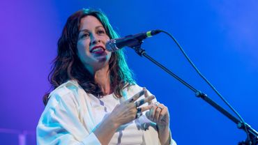 "Alanis Morissette, 45 ans, a donné un avant-goût de son neuvième album en studio ""Such Pretty Forks in the Road"", prévu pour le 1er mai 2020, avec le single ""Reasons I Drink""."