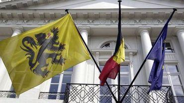 Les drapeaux flamand, belge et européen (de gauche à droite)