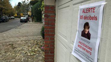 Pour les voisins de la rue Roberts-Jones, trois heures par jour, le fond sonore est insupportable.
