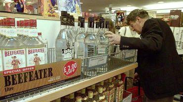 Un Britannique achète une bouteille d'alcool hors-taxes à bord d'un ferry entre Calais et Douvres le 30 juin 1999, au dernier jour avant la disparition des duty free au sein de l'Union européenne