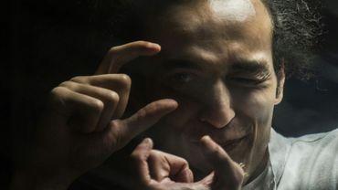Le photojournaliste égyptien Shawkan, détenu depuis 2013, prend une photo virtuelle, lors de son procès au Caire, le 9 août 2016