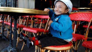 Khagendra Thapa Magar, considéré comme l'homme le plus petit du monde, à Paris en octobre 2011.