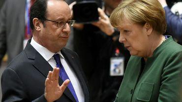 François Hollande (g) et Angela Merkel, le 10 mars 2017 à Bruxelles