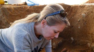 La tombe date des années 300 à 350 avant Jésus-Christ d'après le type de céramiques trouvées (des cruches avec des décors), a expliqué Laurent Vidal de l'Institut national de recherches archéologiques préventives (Inrap)