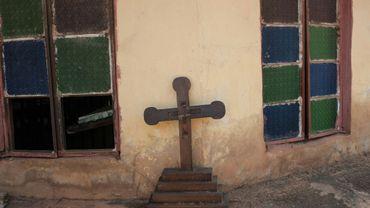 Une croix brisée devant une église à Nimbo, dans le sud-est du Nigeria, le 5 mai 2016