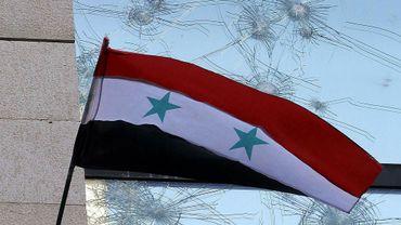 Le drapeau syrien devant l'ambassade de France à Damas le 11 juillet 2011
