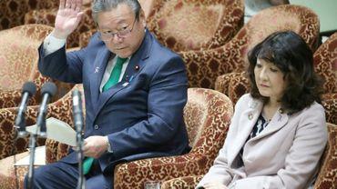 """""""Si un hacker vise ce ministre Sakurada, il ne pourra lui voler aucune information. Ça pourrait bien être la meilleure des sécurités"""", a ironisé un internaute à propos de Yoshitaka Sakurada, assis à gauche à côté d'une autre ministre, au Parlement japonais, le 14 novembre 2018 à Tokyo"""