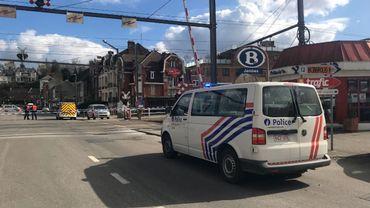 La circulation ferroviaire a été interrompue. Le passage à niveau de l'avenue Jean Materne est également fermé.