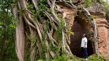 Visiter le site se mérite. Situé à 200 km de Phnom Penh, ses infrastructures touristiques sont basiques et s'y rendre impose l'usage d'une route pleine de nids de poule.