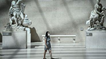 Visiteuse dans une salle du Louvre, à Paris, ce 6 août