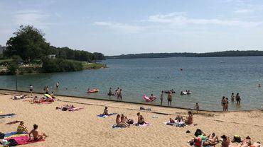 La plage des lacs de l'Eau d'Heure, un endroit prisé par ces températures élevées