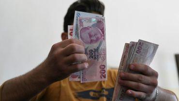 Un employé compte des billets de livres turques dans un bureau de change de la province d'Idleb, dans le nord-ouest de la Syrie, le 10 juin 2020