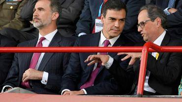Au côté du roi Felipe VI (G), le Premier ministre espagnol Pedro Sanchez (C) et le président indépendantiste catalan Quim Torra (D) lors de la cérémonie d'ouverture des Jeux méditerranéens à Tarragone, le 22 juin 2018