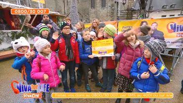 Les écoles se mobilisent en chantant devant le cube de Viva for Life