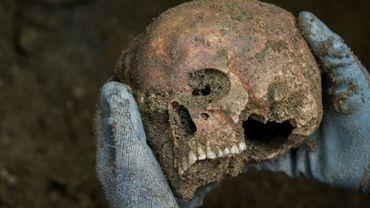 Une membre du Comité International de la Croix-Rouge (CICR) exhume des restes humains dans la jungle de Catatumbo en Colombie, le 18 septembre 2018