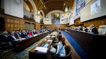 Un hommage à l'ancien secrétaire général de l'ONU Kofi Annan est diffusée sur un écran, lors de l'ouverture de l'audience devant la Cour internationale de Justice (CIJ) à La Haye le 27 août 2018