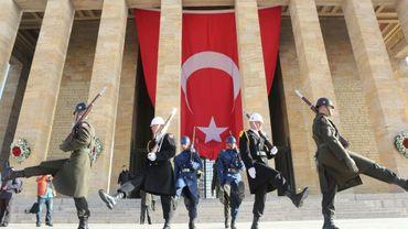 Des soldats turcs devant le mausolée de Mustafa Kemal Atatürk, le 10 novembre 2015 à Ankara