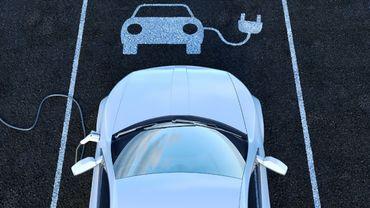 Les voitures hybrides rechargeables émettraient 2,5 fois plus de CO2 que prévu.