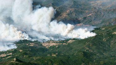 Les pompiers tentent de stopper les feux en Californie avant le retour des vents violents